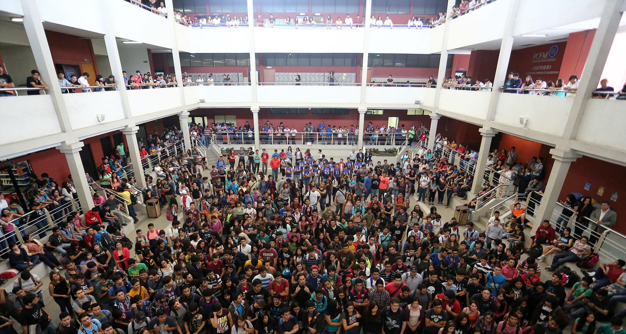 Celebración en la  explanada de la Facultad