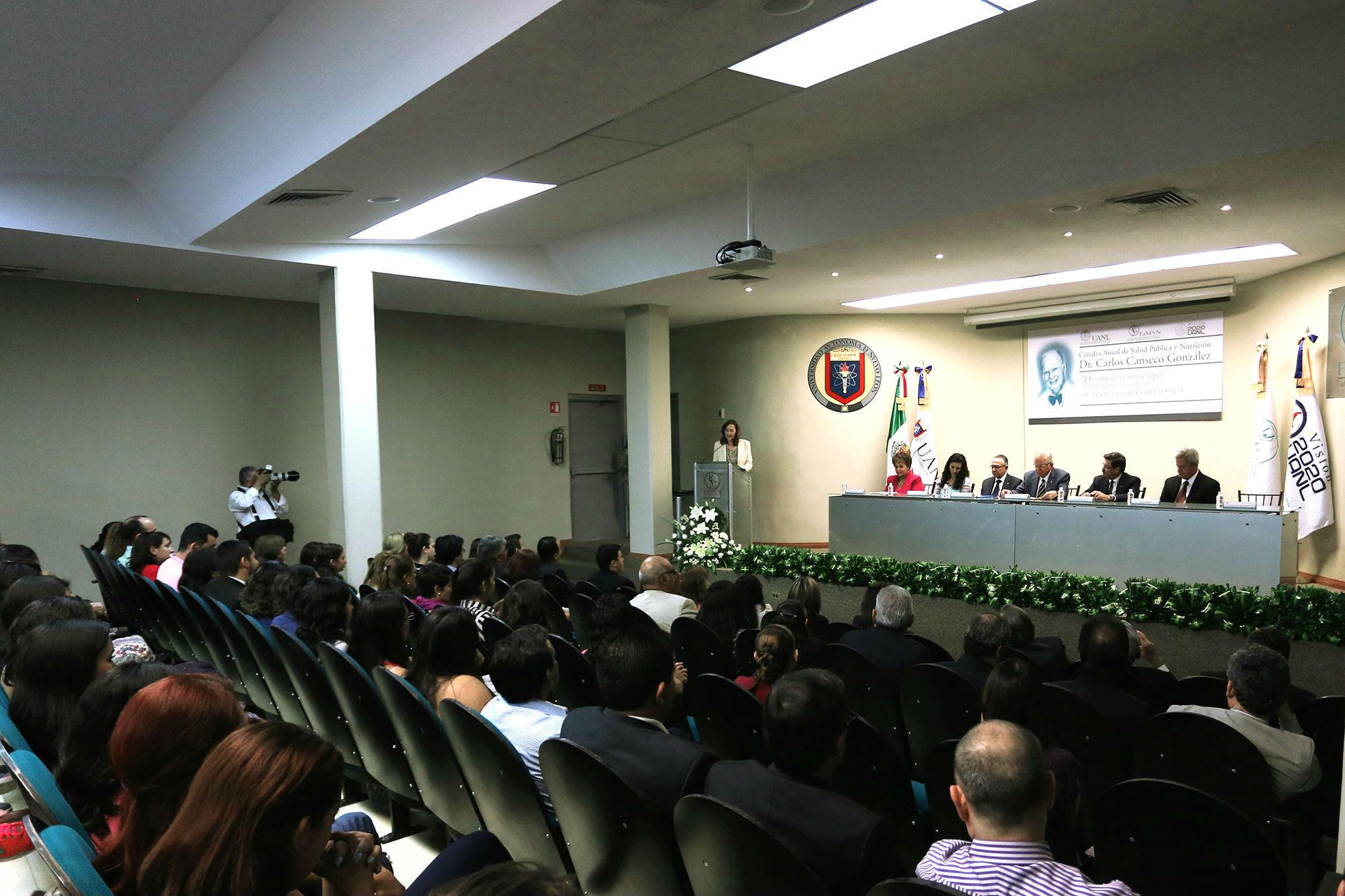 La cátedra tuvo lugar en la Facultad de Salud Pública y Nutrición