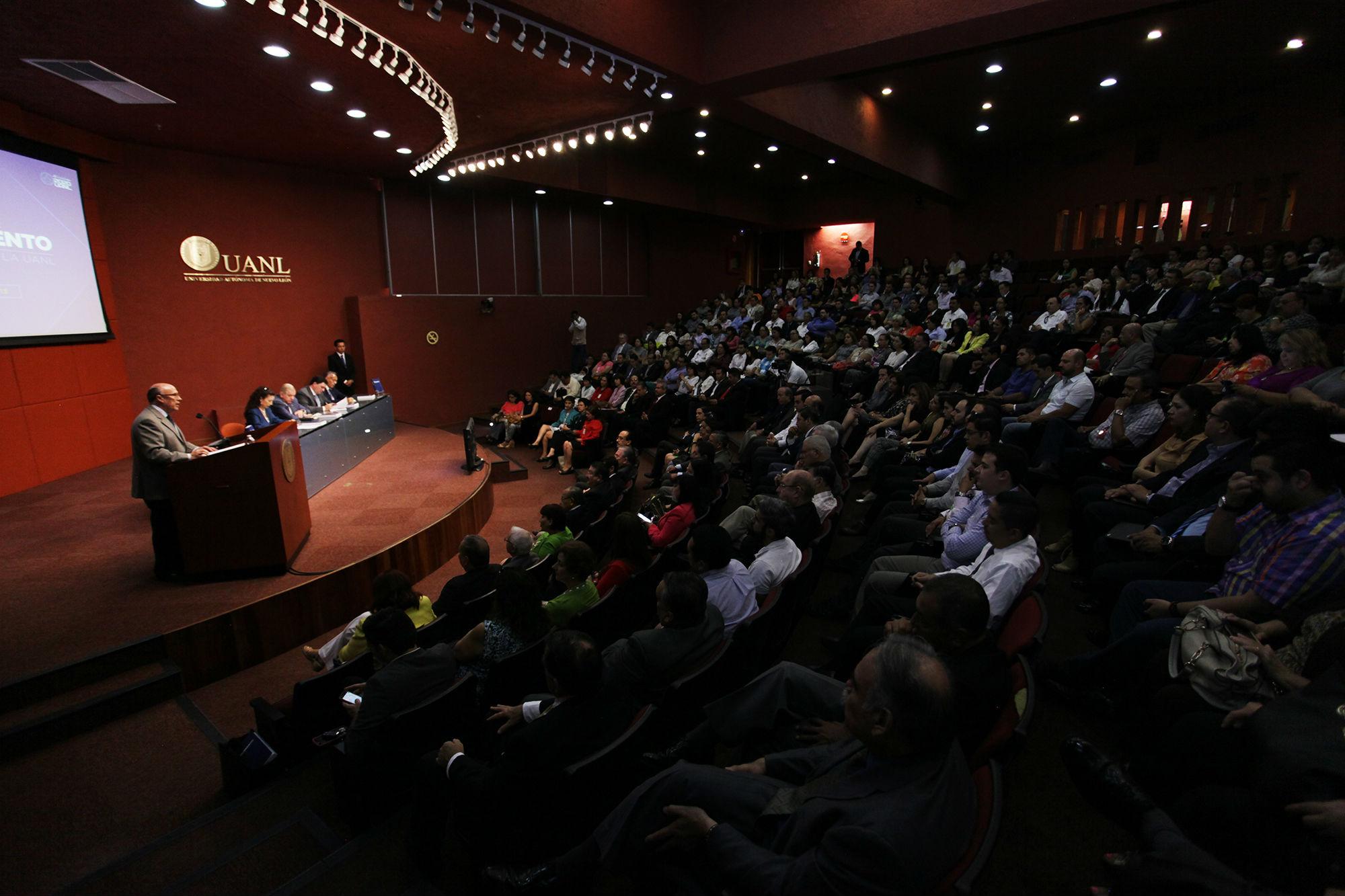 El doctor Julio Rubio Oca en la presentacion del libro