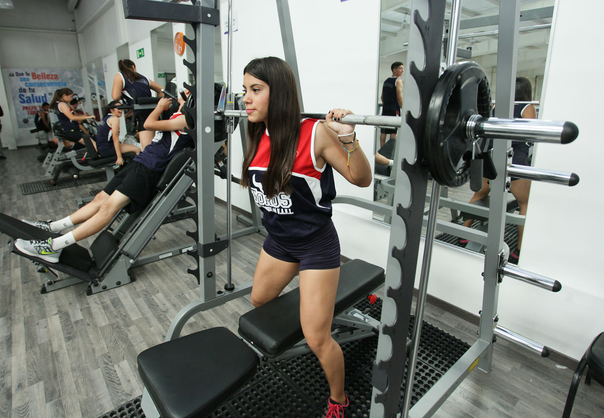 Estudiantes de la Prepa 16 haciendo uso de las nuevas instalaciones deportivas