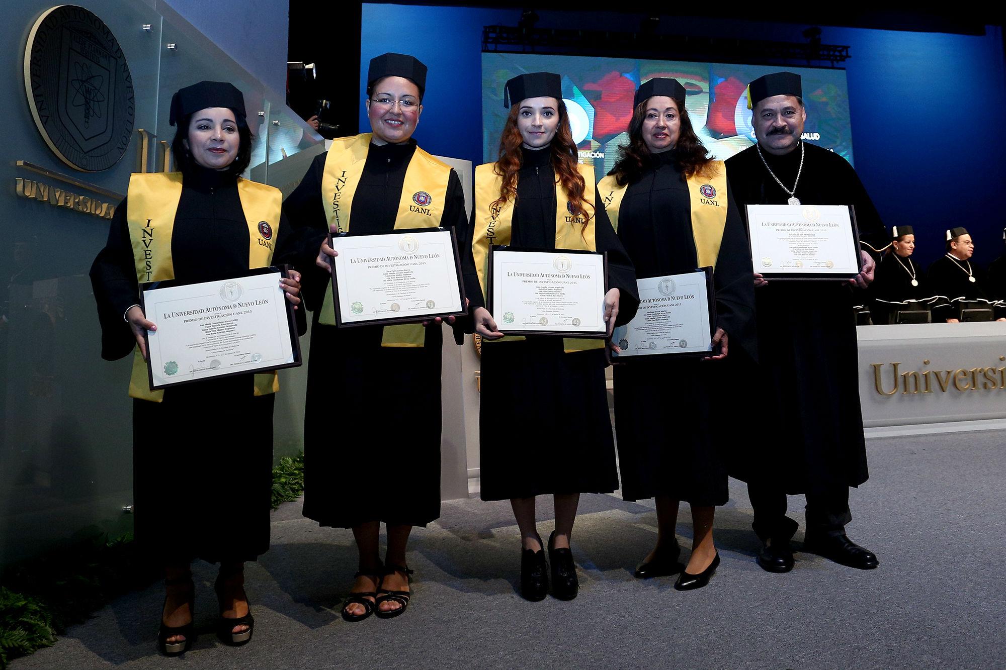 Recibiendo el reconocimiento en Sesión Solemne