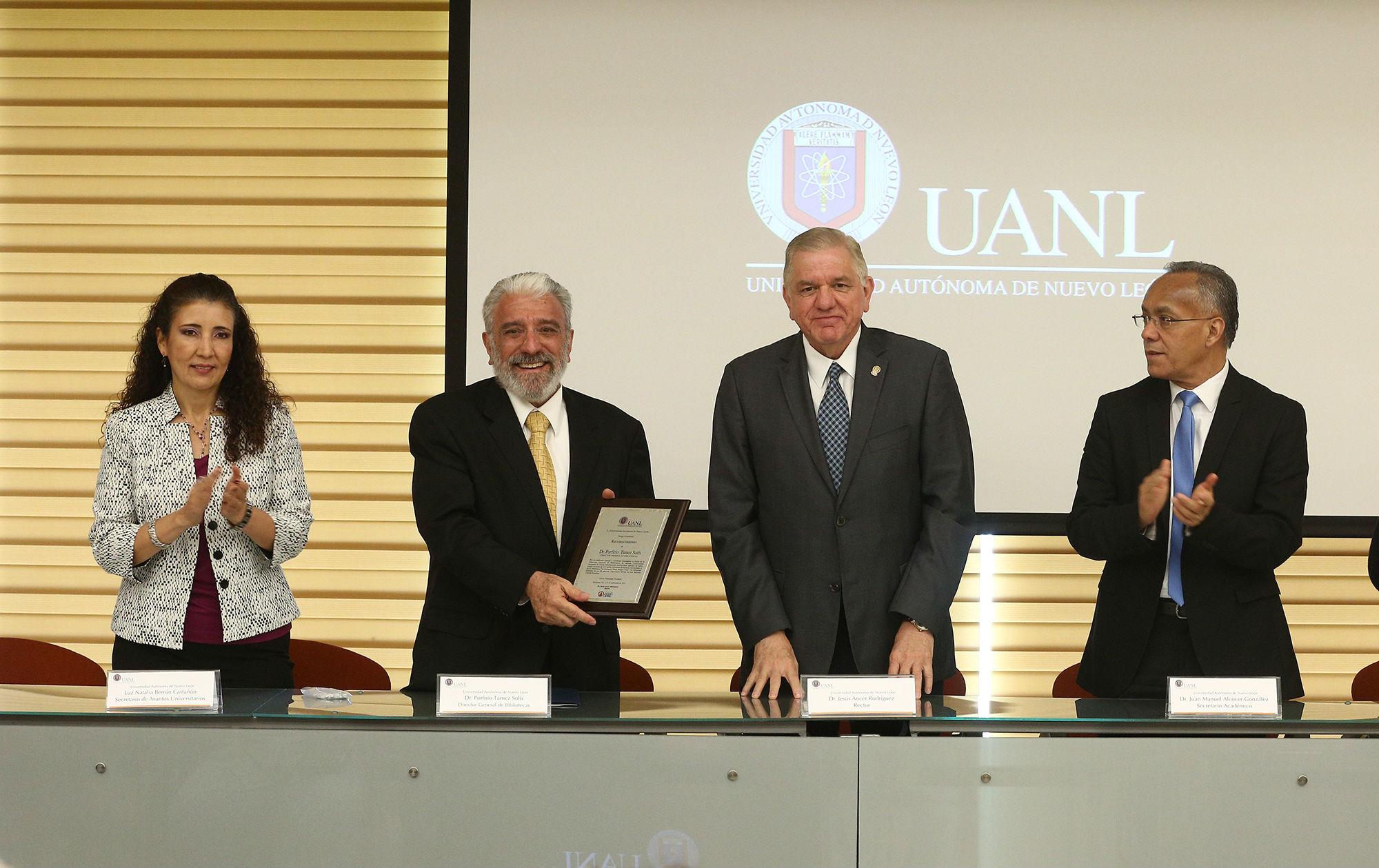 El rector entregó un reconocimiento a Porfirio Tamez, director del espacio universitario