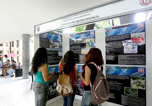 Estudiantes viendo la exposición