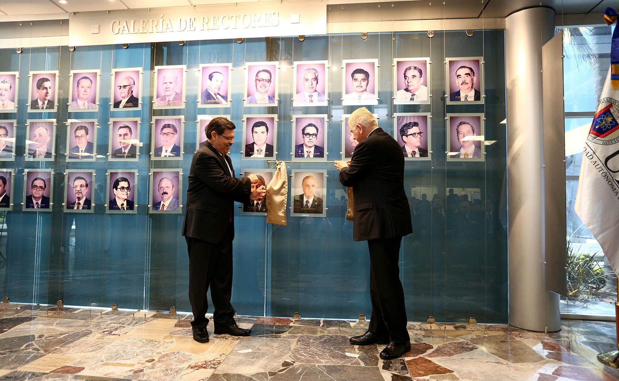 El Rector y el Secretario General develaron la fotografía en la Galería de Rectores