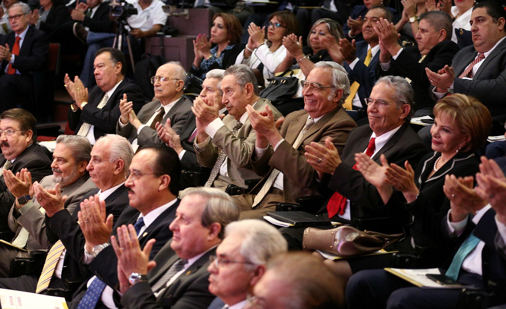 Ex rectores de la UANL y funcionarios estatales y federales, asistieron al informe