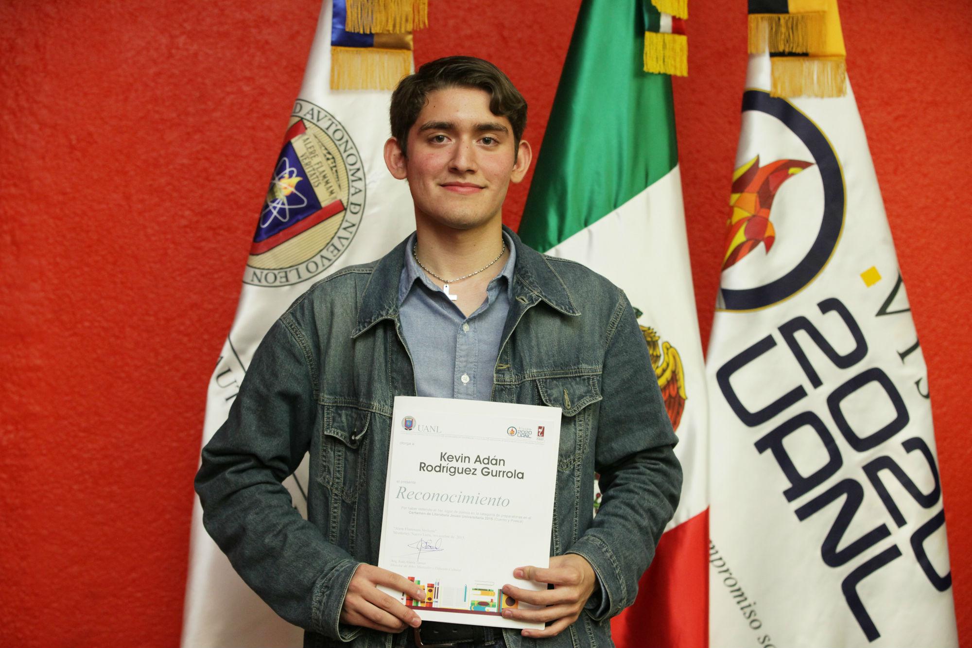 Kevin Adrián rodríguez, ganador primer lugar en Poesía categoría Prepas