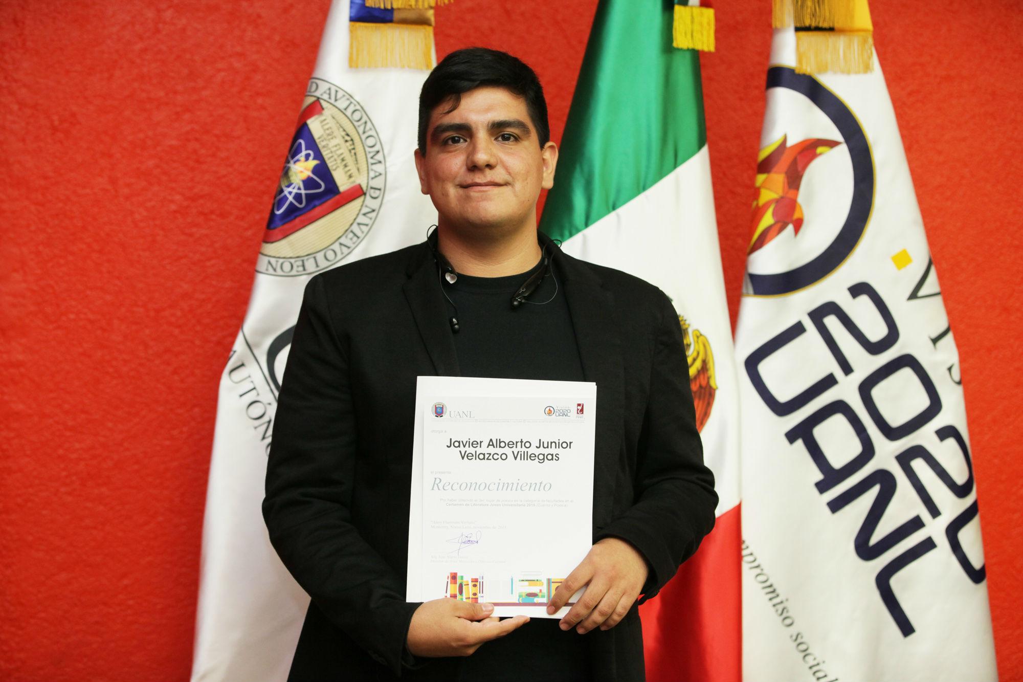 Javier Velazco, ganador primer lugar en Poesía categoría Facultades