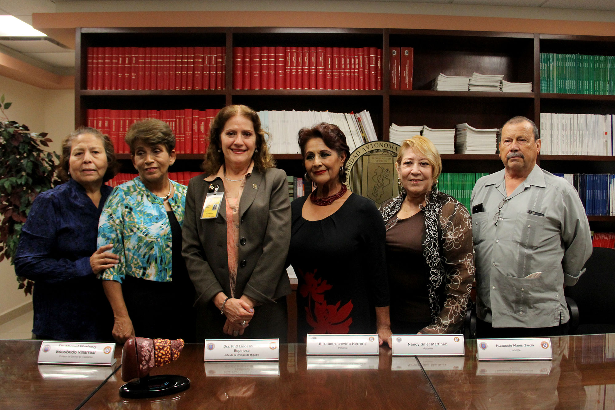 Fotografía grupal de médicos y pacientes