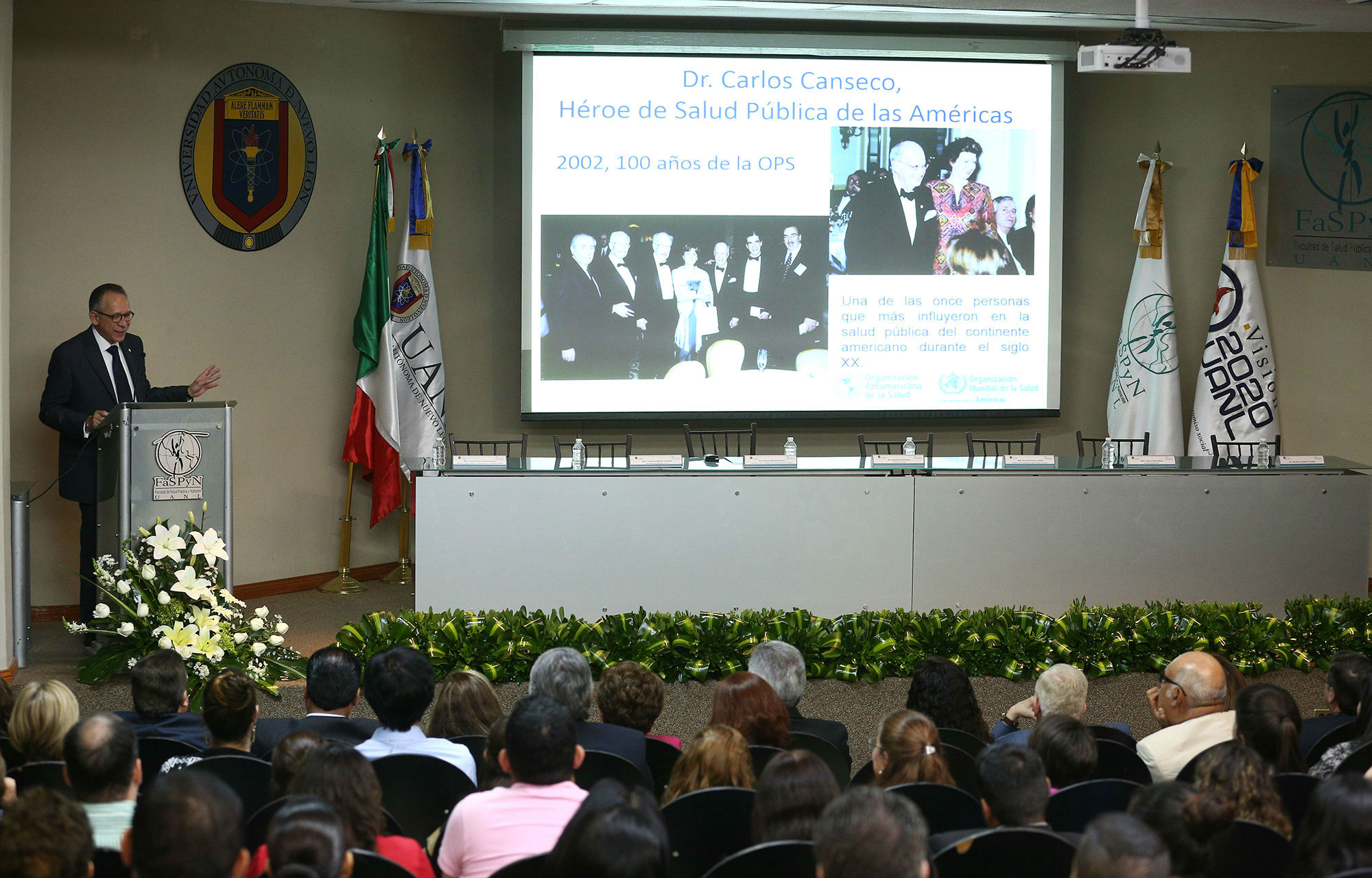 En su ponencia, Francisco Becerra compartió imágenes del Dr. Canseco en eventos de la Organización Panamericana de la Salud