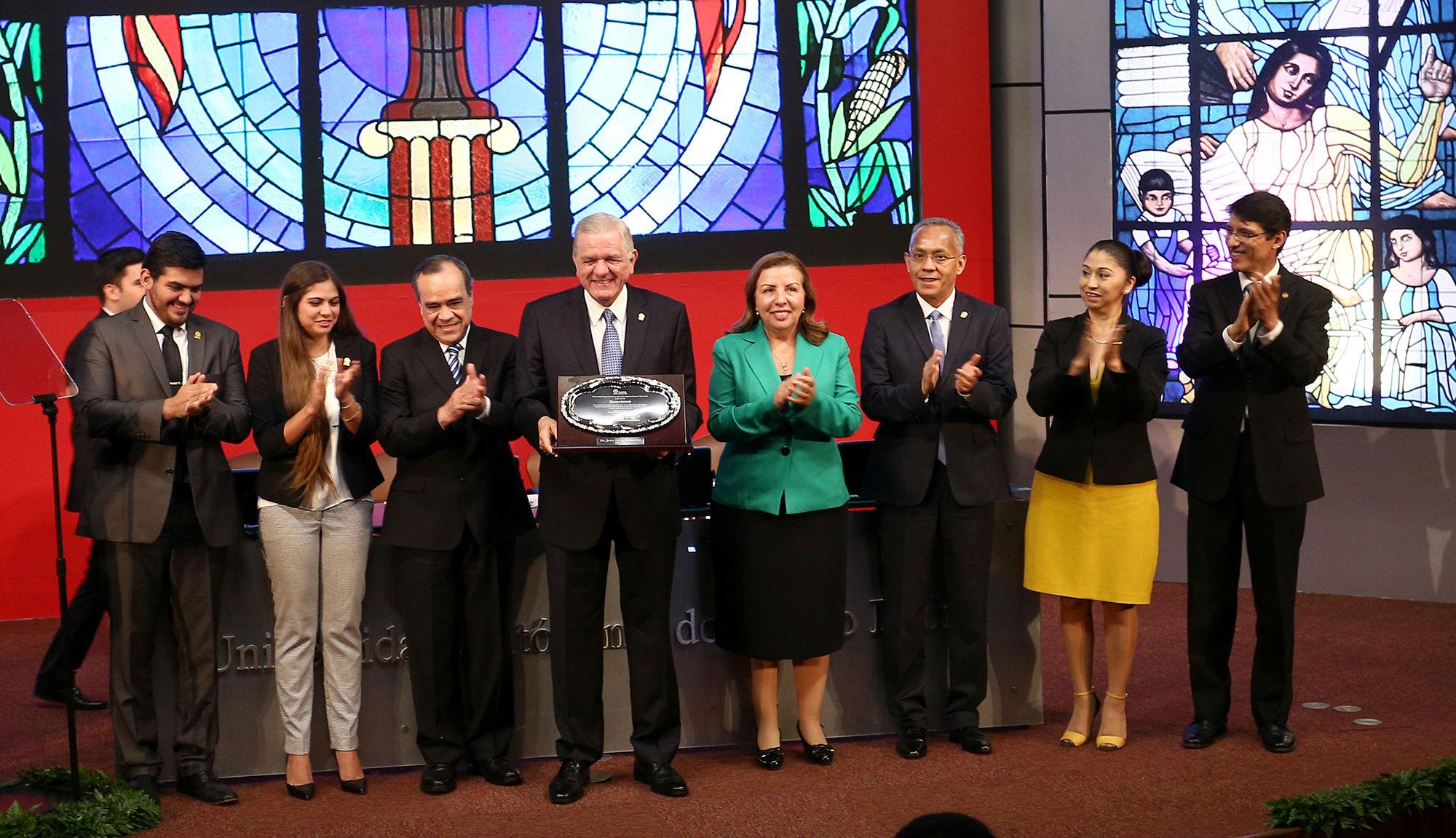 Las distintas comisiones del Consejo Universitario entregaron un reconocimiento al Dr. Jesús Ancer Rodríguez