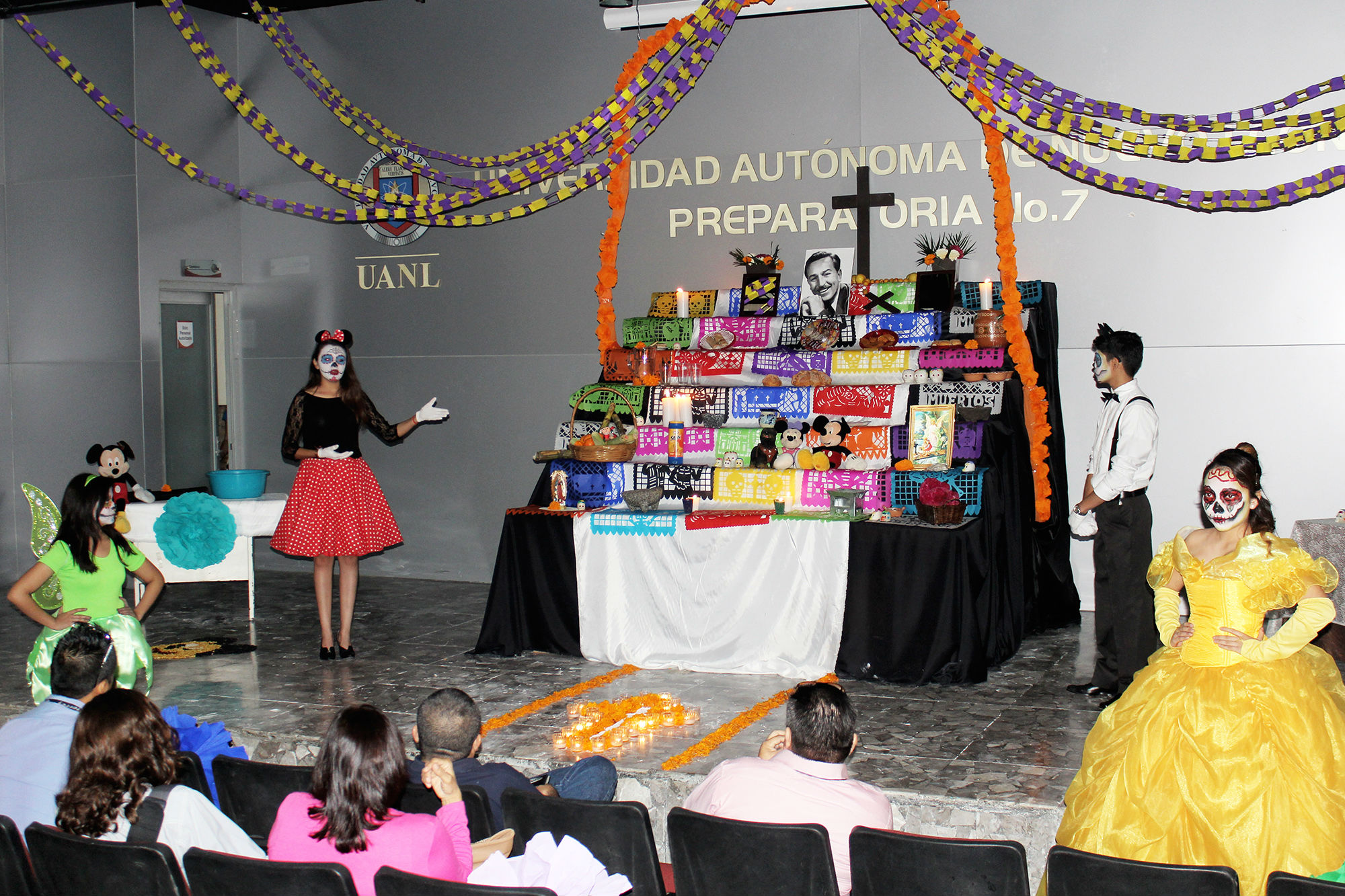 Estudiantes de la Prepa 7 Oriente en su exhibición del altar de muertos a Walt Disney