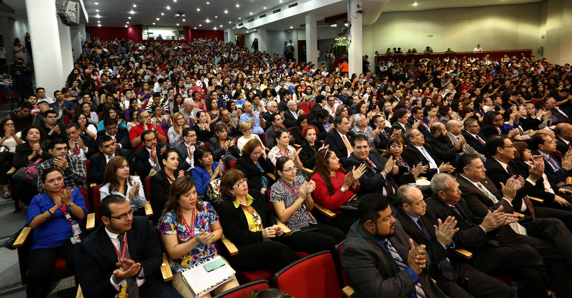 Estudiantes, trabajadores, docentes e investigadores se reunieron en el auditorio para atestiguar la entrega