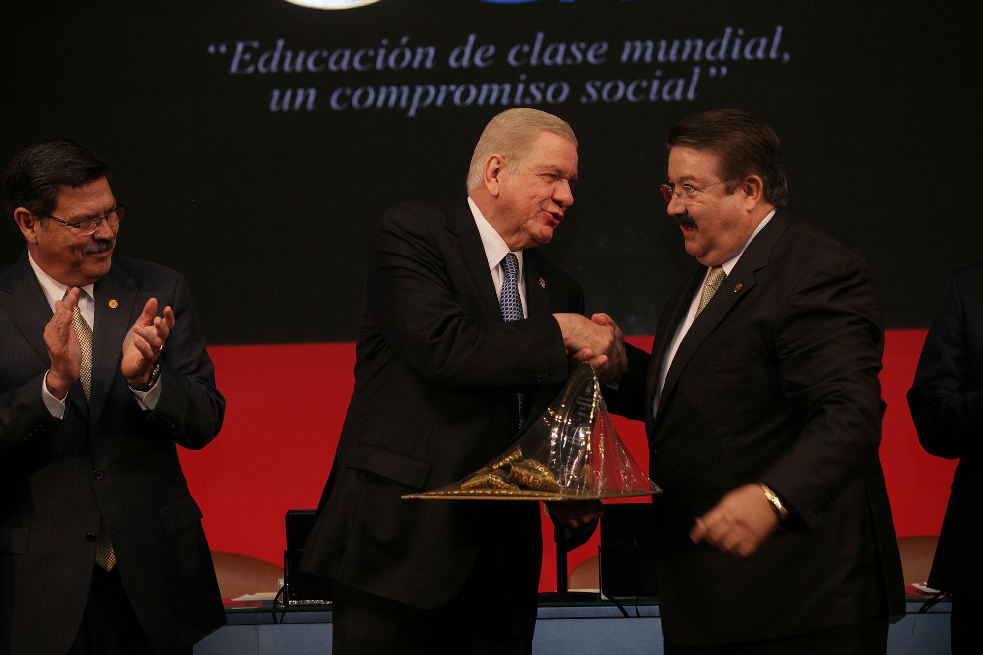 El Sindicato de Trabajadores de la UANL también entregó un reconocimiento al Dr. Jesús Ancer Rodríguez