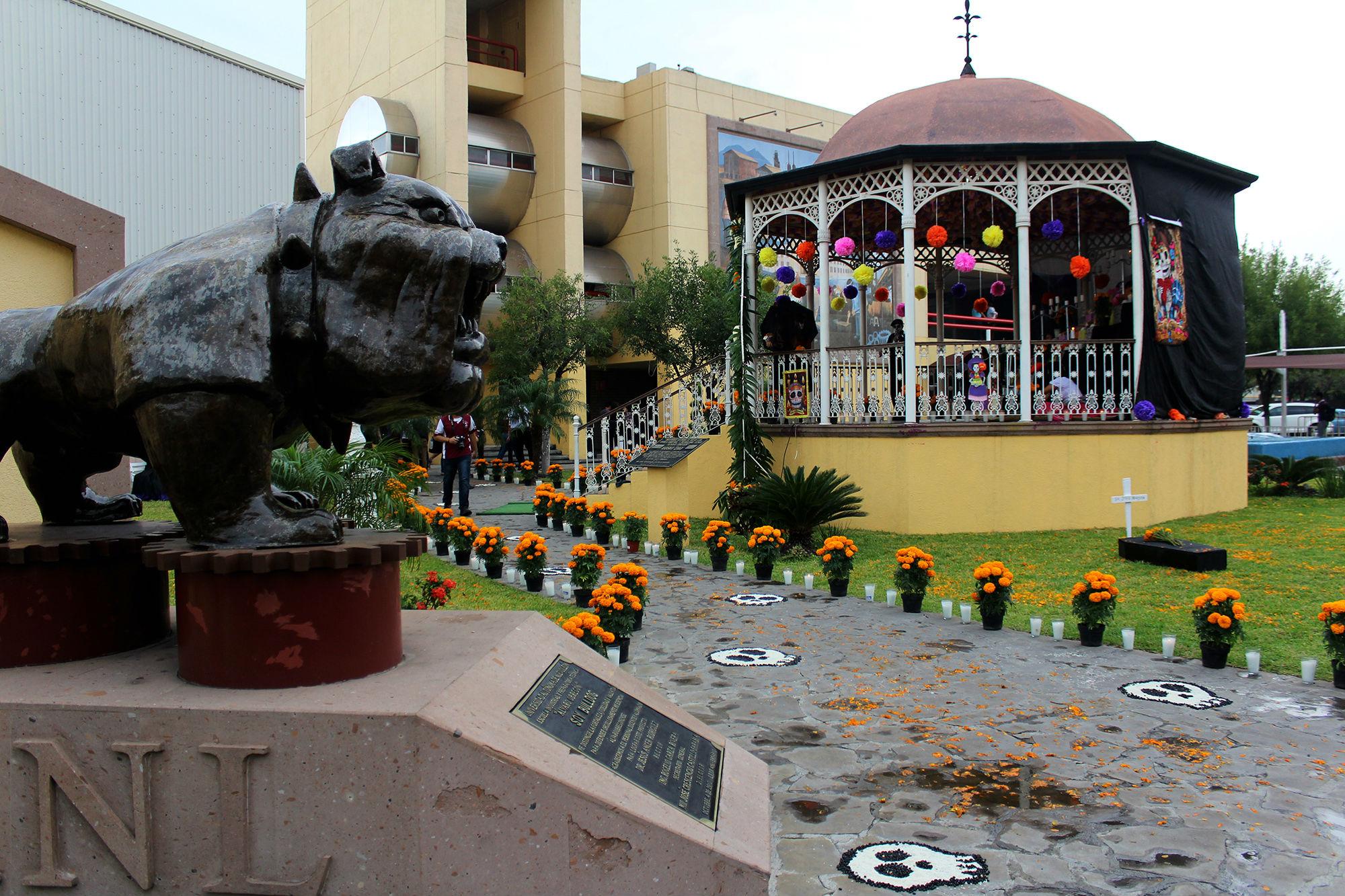 El Altar de Muertos de la EIAO Churubusco fue en el kiosko