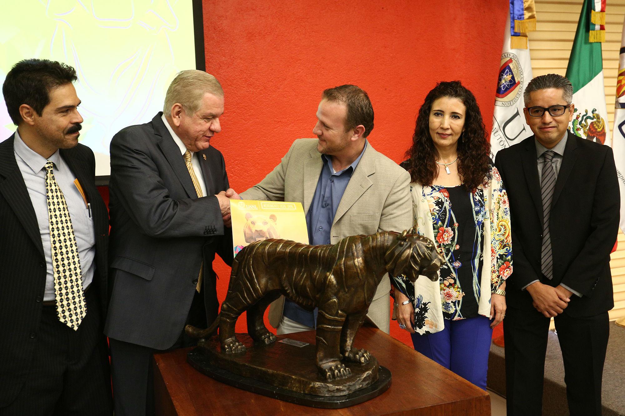 La UANL entregó a Arca Continental una escultura de El Tigre, así como una copia del libro