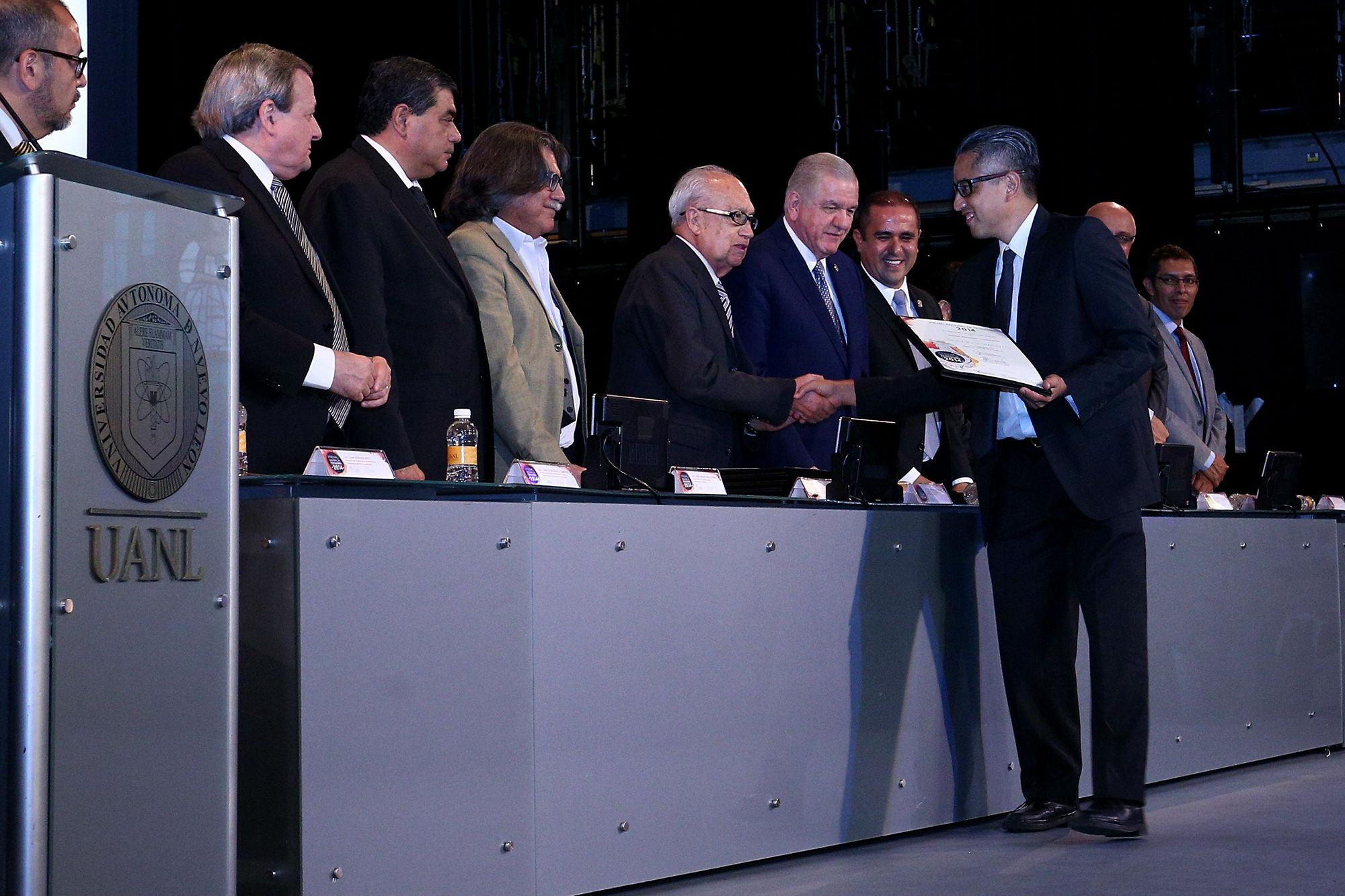 Miembros del jurado recibiendo su reconocimiento