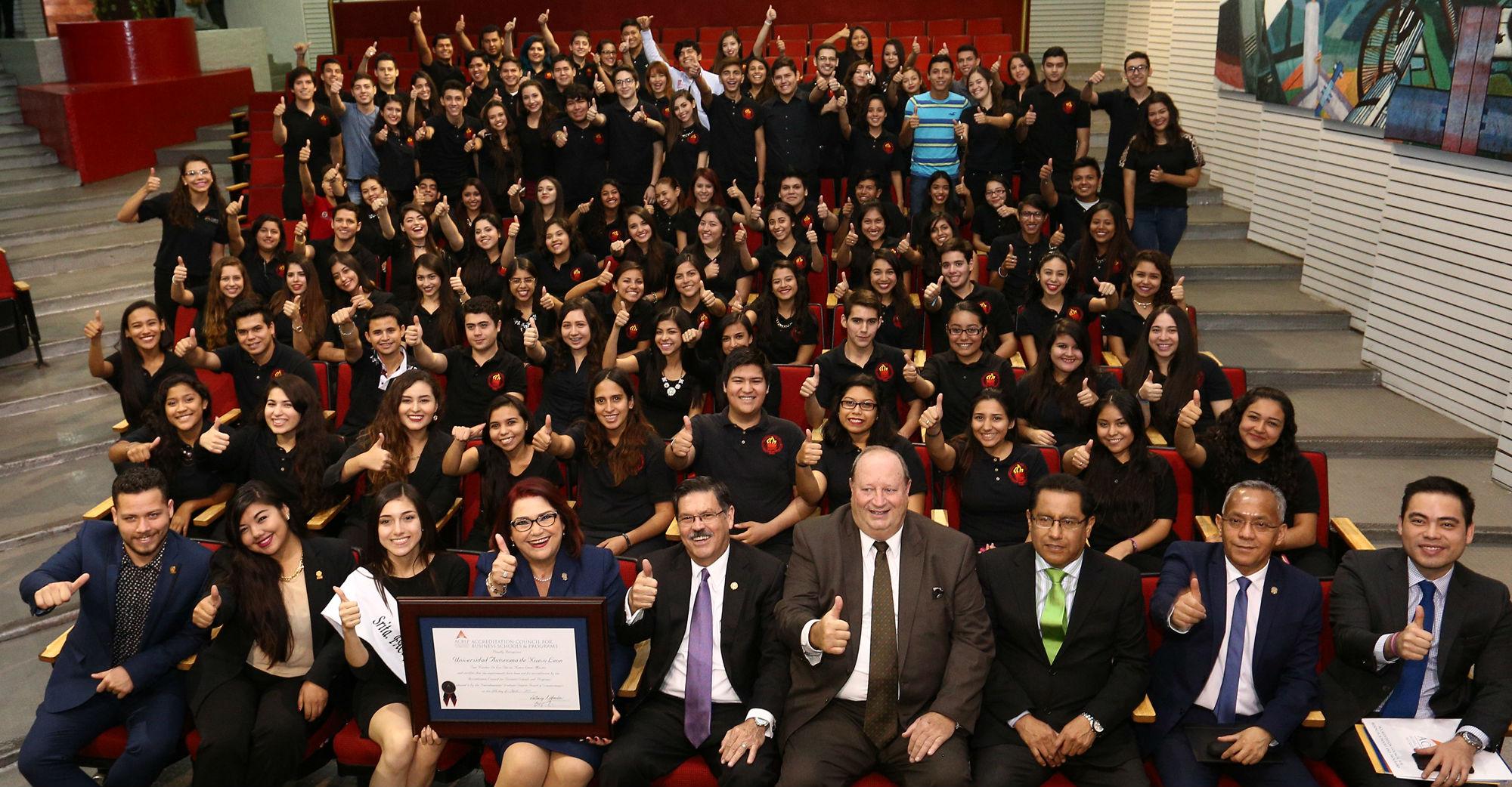 Celebrando la acreditación con los estudiantes