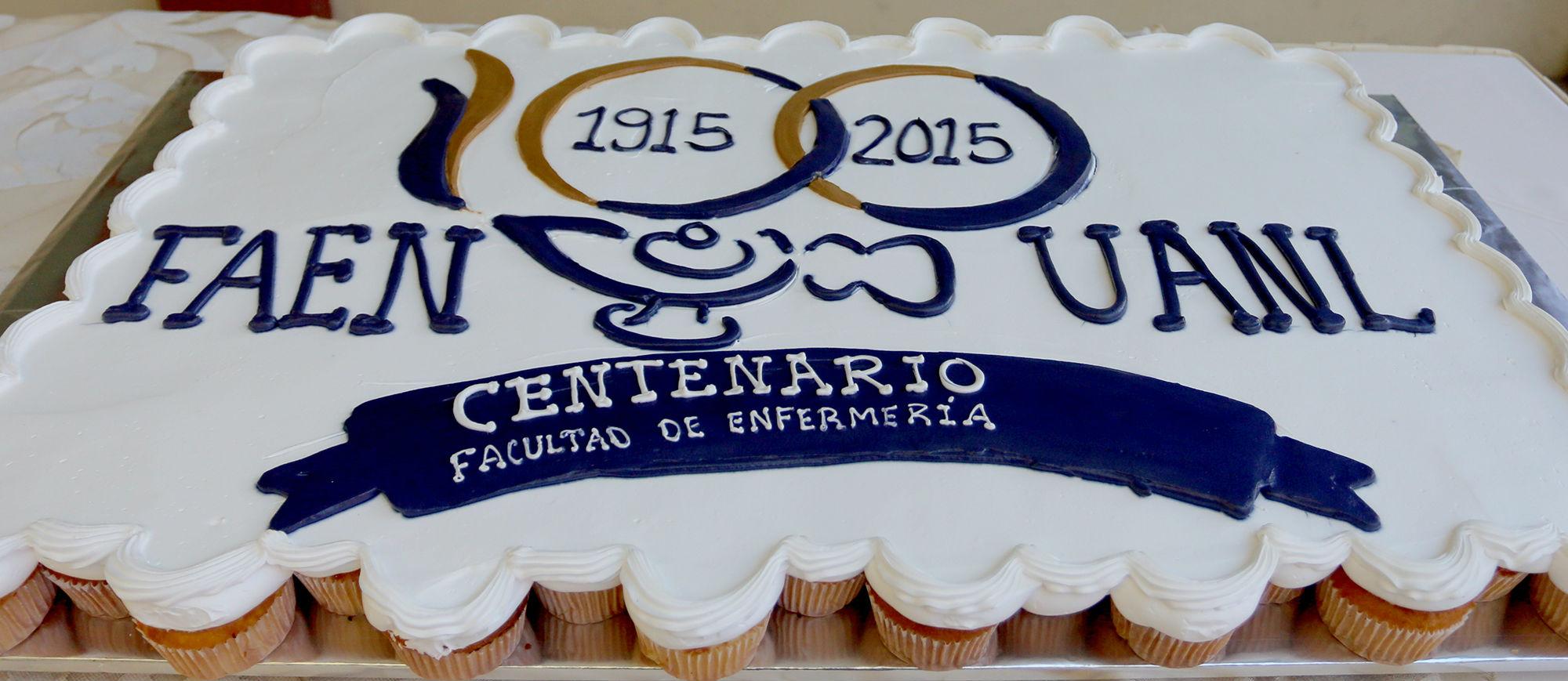 Pastel de celebración de cien años de la Facultad de Enfermería