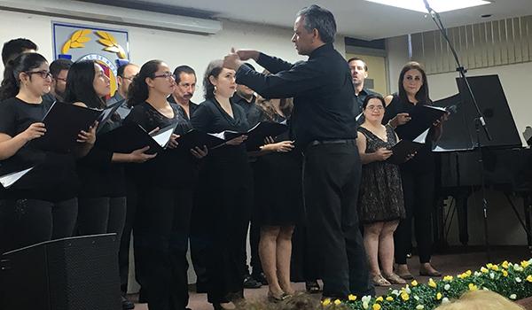 Grupo de canto A y estudiantes de inclusión social