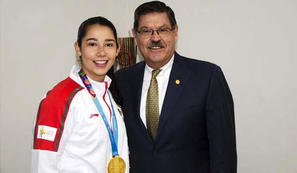 Medallista Monserrat Mejía y Rector Rogelio Garza Rivera